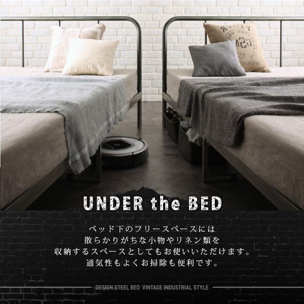 ベッド下のフリースペースには散らかりがちな小物やリネン類を収納するスペース